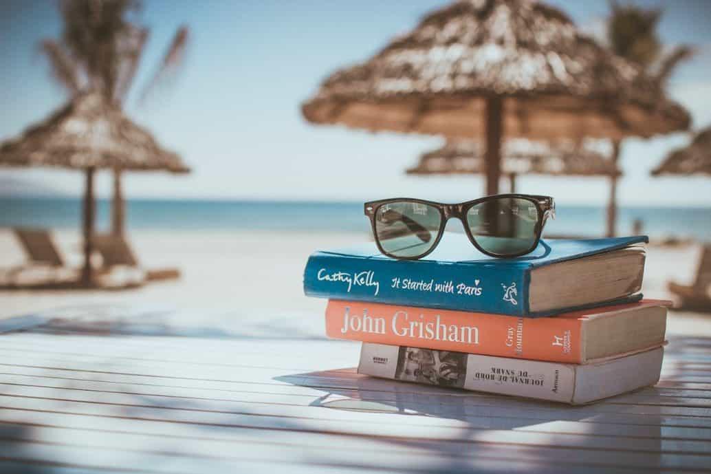 ספר ומשקפיים בחופשה
