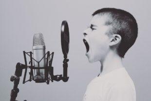 ילד צועק למיקרופון